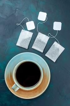 Vista dall'alto tazza di tè con sapori sul colore scuro della bevanda del tè della scrivania