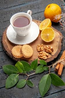 Vista dall'alto tazza di tè con frutta e biscotti, zucchero di biscotti dolci