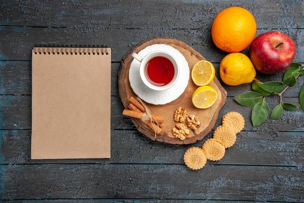 Vista dall'alto tazza di tè con frutta e biscotti