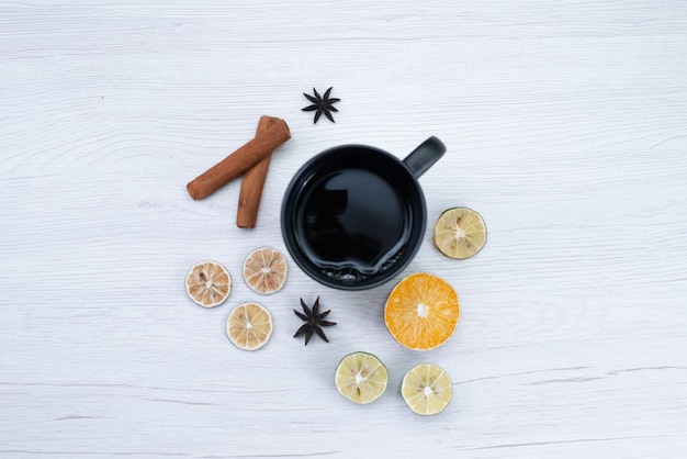 Vista dall'alto tazza di tè al limone su bianco