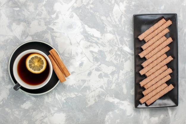 Vista dall'alto tazza di tè con biscotti dolci su sfondo bianco biscotto biscotto dolce zucchero torta tè