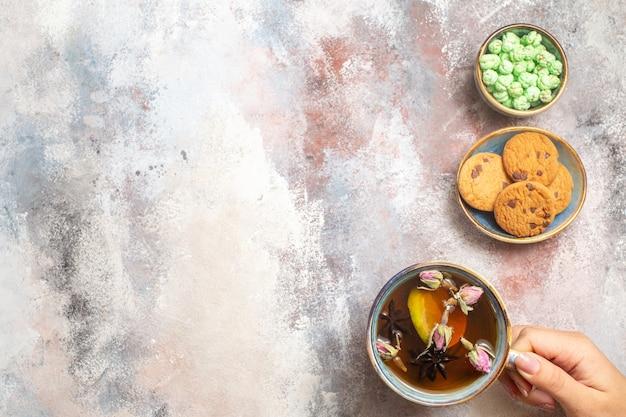 Vista dall'alto tazza di tè con dolci