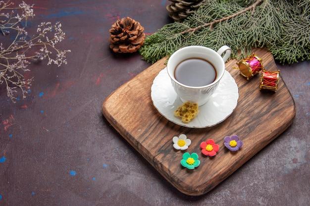 Vista dall'alto tazza di tè con albero su sfondo scuro torta dolce torta tè biscotto albero