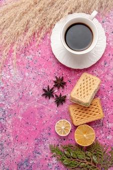 Vista dall'alto tazza di tè con cialda su backgruond rosa biscotto dolce zucchero colore biscotto