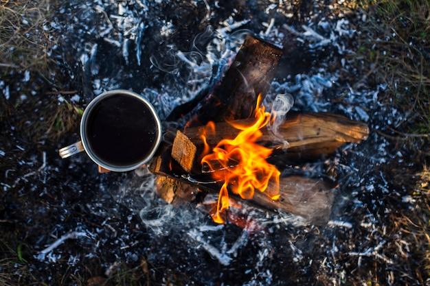 Вид сверху чашка с напитком в огне