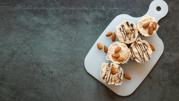 Vista dall'alto del concetto di cupcakes con copia spazio