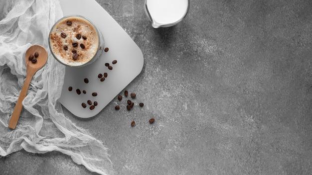 테이블에 커피의 상위 뷰 컵