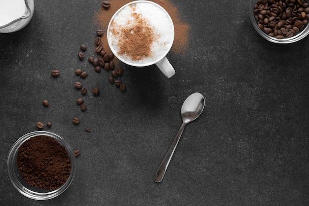 Вид сверху чашки кофе на столе