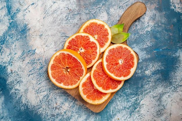上面図青白い表面のまな板にグレープフルーツをカット
