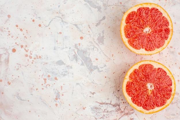 Вид сверху нарезанные грейпфруты на обнаженной поверхности свободного пространства