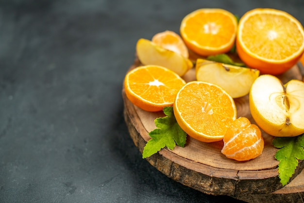 Вид сверху нарезанные апельсины и яблоки нарезанные апельсином на темном фоне