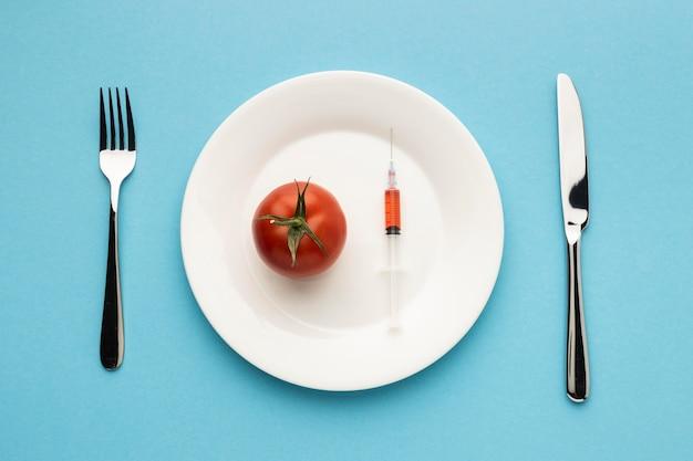 상위 뷰 칼 붙이 및 주사기와 토마토