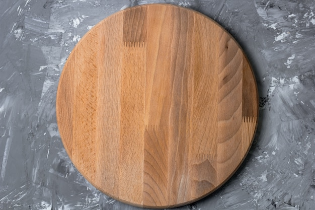 Вид сверху резки деревянной доски на потертый кухонный стол
