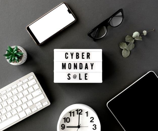 Vista dall'alto della scatola leggera di cyber lunedì con orologio e tablet