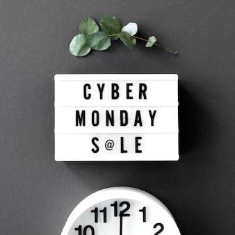 Vista dall'alto della scatola leggera di cyber lunedì con orologio