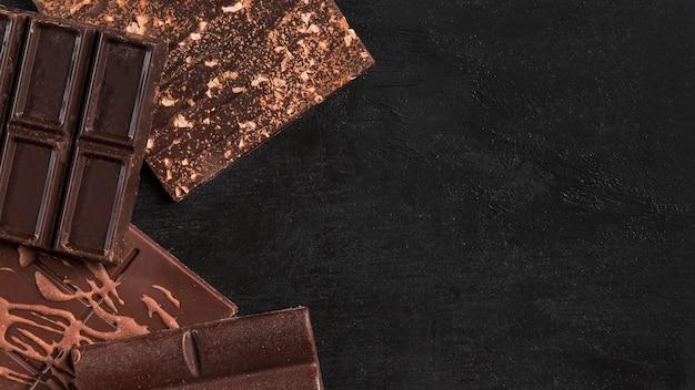 Vista dall'alto assortimento scuro di cioccolato con spazio di copia