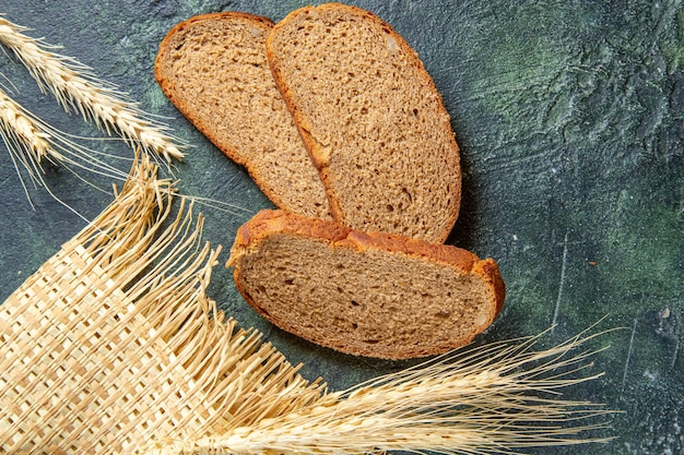 暗い机の上のトップビューの暗いパンのパン