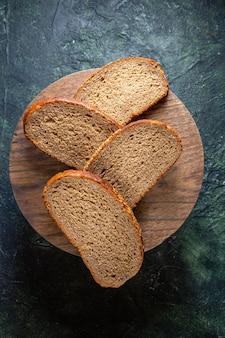어두운 책상에 상위 뷰 어두운 빵 loafs