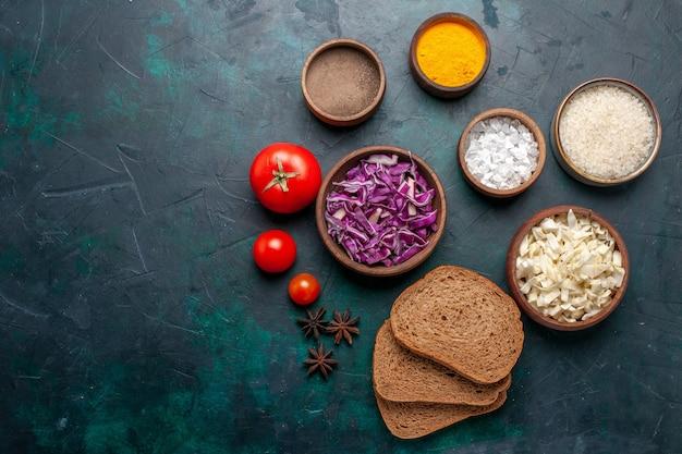 Vista dall'alto pagnotte di pane scuro con condimenti e cavolo affettato sul colore del pane piatto di cibo vegetale pasto piatto blu scuro