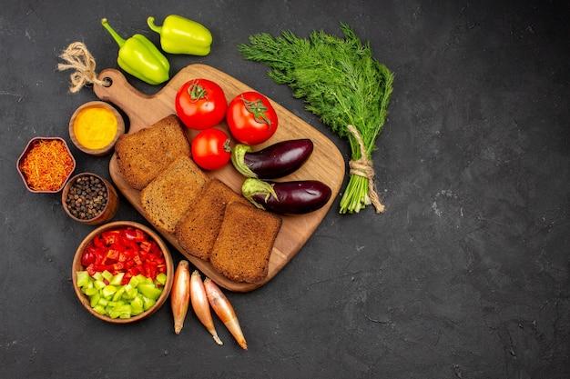 어두운 배경 샐러드 건강 잘 익은 식사에 조미료 토마토와 가지와 함께 상위 뷰 어두운 빵 덩어리