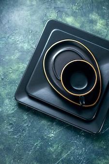上面図暗い表面に空のカップが付いた暗い正方形のプレートカトラリーレストランランチカラーコーヒープレートティードリンク