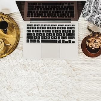 トップ ビューには、ホーム オフィス デスク ワークスペース ラップトップが飾られています。フラット レイアウトのモダンなスタイルのビジネス コンセプト