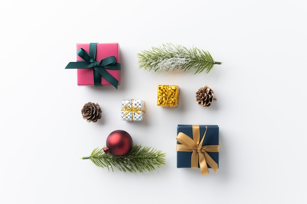 Украшение рождественского макета в минималистском стиле