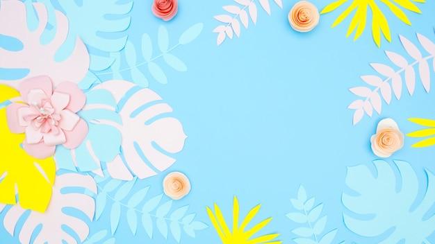 Вид сверху декоративных бумажных листьев и цветов