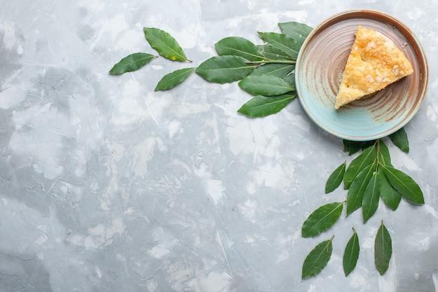 Vista dall'alto deliziosa torta di mele all'interno del piatto su scrivania bianca torta torta biscotto zucchero dolce cuocere