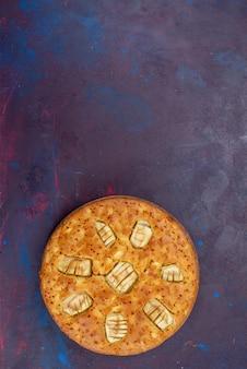 상위 뷰 맛있는 사과 파이 라운드 형성 달콤하고 어두운 배경에 구운 달콤한 빵 과자 파이 케이크 차