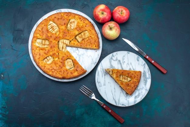 Вид сверху вкусный яблочный пирог, нарезанный и целые со свежим яблоком на темном фоне, фруктовый пирог, сахарный пирог
