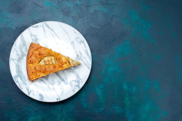Vista dall'alto deliziosa torta di mele affettata all'interno della piastra sullo sfondo scuro torta di frutta torta di zucchero dolce