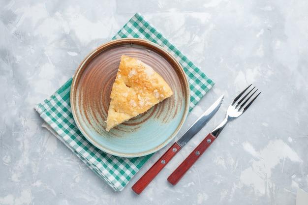 Вид сверху вкусный яблочный пирог, нарезанный внутри тарелки на белом столе, пирог, пирог, сладкая выпечка, бисквит