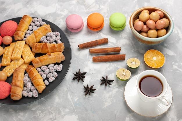 クラッカーシナモンマカロンと白いデスクケーキビスケット甘い砂糖パイクッキークリスプのクッキーとトップビューおいしいベーグル