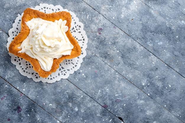 Vista dall'alto di una deliziosa torta al forno a forma di stella con crema gustosa bianca all'interno sulla luce, tè alla crema dolce con zucchero al forno