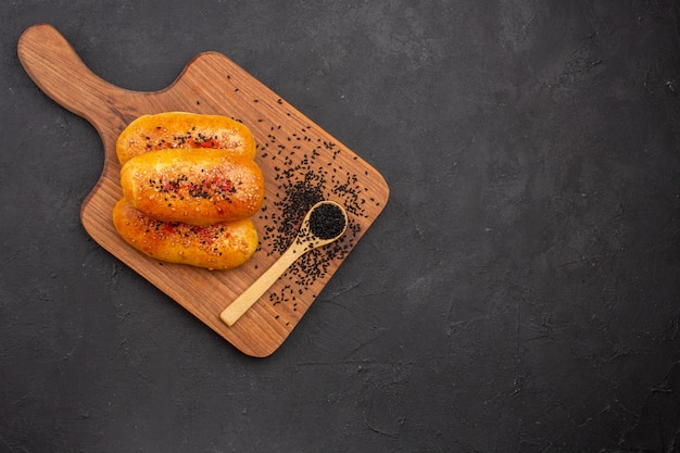 어두운 배경에 오븐에서 신선한 상위 뷰 맛있는 구운 버거 파이 과자 빵 반죽 오븐 고기 케이크