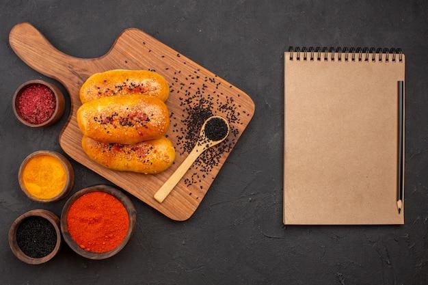 Vista dall'alto deliziose polpette al forno con condimenti diversi sullo sfondo grigio torta di carne torta pasticceria cuocere al forno