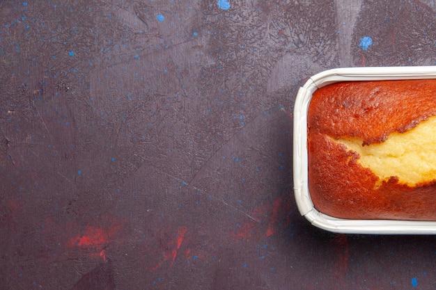 Вид сверху вкусный запеченный пирог сладкий торт к чаю на темном фоне торт бисквит сладкий пирог сахарное тесто чай