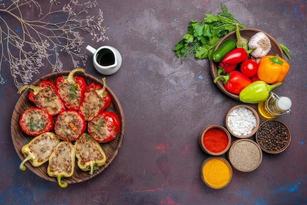 어두운 배경 음식에 고기와 조미료를 곁들인 맛있는 피망 요리는 소금 저녁 접시 고기를 굽는다