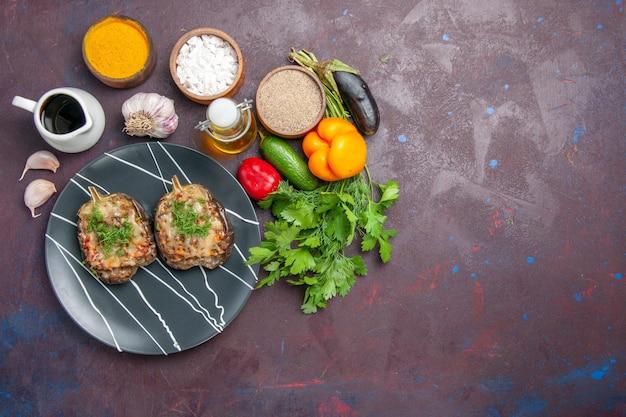 上面図おいしいピーマンは、暗い背景にひき肉と緑の野菜料理を調理しました焼き皿ディナー食事色カロリー