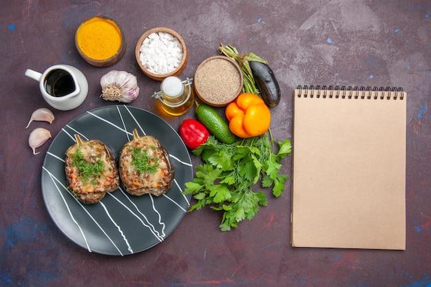 トップビューおいしいピーマンは、暗い背景にひき肉と緑を使って野菜料理を調理しました料理ディナーミールベイクカラーカロリー