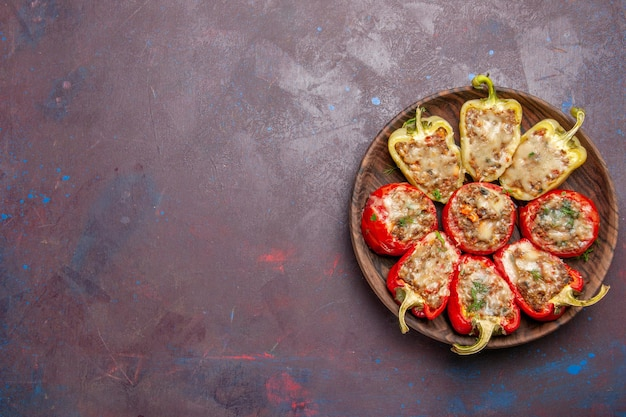 Вид сверху вкусные сладкие перцы вкусное приготовленное блюдо с мясом на темном столе обеденное блюдо мясо запечь пищевая соль