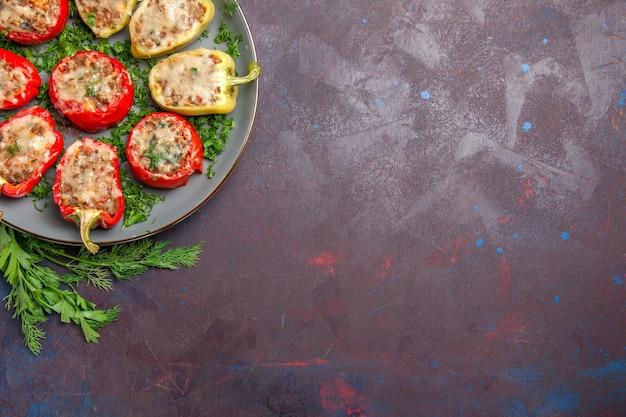 Vista dall'alto deliziosi peperoni gustosi piatti cucinati con carne e verdure sullo sfondo scuro pasto piccante cena piatto cibo al pepe
