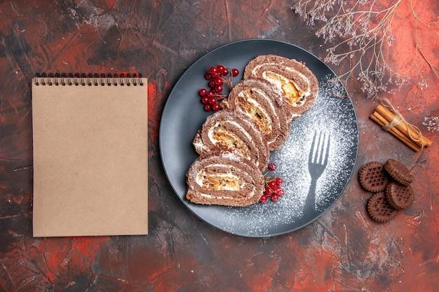 Vista dall'alto di deliziosi biscotti con biscotti sulla superficie scura