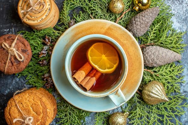 一杯のお茶とトップビューのおいしいビスケット