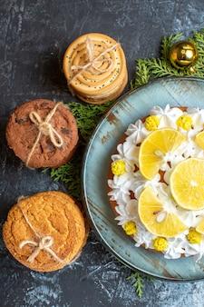 맛있는 케이크와 함께 상위 뷰 맛있는 비스킷