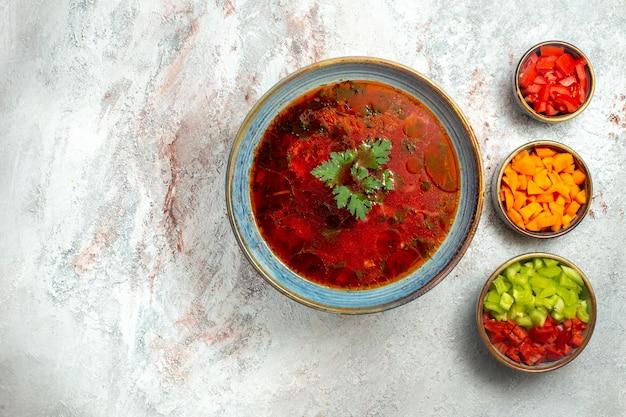 Вид сверху вкусный борщ знаменитый украинский свекольный суп с мясом и перцем на белом пространстве