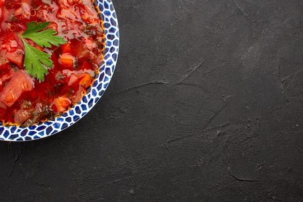 어두운 공간에서 상위 뷰 맛있는 보쉬 우크라이나 사탕 무우 수프