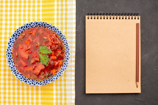 暗い空間での上面図おいしいボルシチウクライナのビートスープ