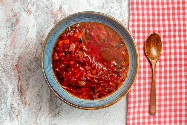 흰색 책상에 상위 뷰 맛있는 보쉬 우크라이나 사탕 무우 수프